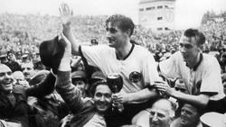 Fritz Walter (Mitte) und Horst Eckel (re.) werden nach dem Triumph im WM-Finale 1954 gefeiert