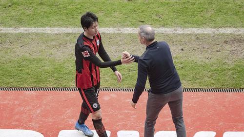 Kamada (l.) spielt unter Hütter (r.) eine starke Saison für Eintracht Frankfurt