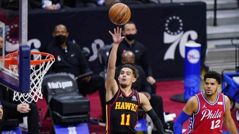 Atlantas Trae Young (M.) kam im ersten Duell mit den Philadelphia 76ers auf 35 Punkte