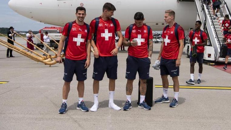 Die Schweizer Nationalmannschaft wurde am Flughafen in Zürich mit Alphörnern empfangen
