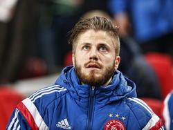 Tijdens het Europa League-duel tussen Ajax en Dnipro Dnipropetrovsk begint Lasse Schöne op de bank. Het scorebord is nog niet in het voordeel van de Amsterdammers en de Deen lijkt bezorgd. (19-03-2015)
