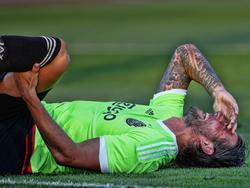 Mitchell Dijks houdt veel pijn over aan een fysiek duel tijdens de Europese wedstrijd van Ajax in Tsjechië tegen FK Jablonec. (27-08-2015)
