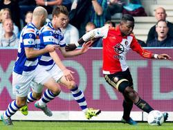 Bart Straalman (m.) en Nathaniël Will (l.) zetten tijdens het competitieduel De Graafschap - Feyenoord de achtervolging op Eljero Elia (r.) in. (04-10-2015)