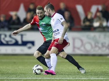 Rens van Eijden (l.) probeert Jaap van Duijn (r.) af te stoppen tijdens het bekerduel vv Noordwijk - NEC Nijmegen. (22-09-2015)