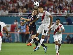 Modric disputa un cuero por alto con un jugador inca. (Foto: Getty)