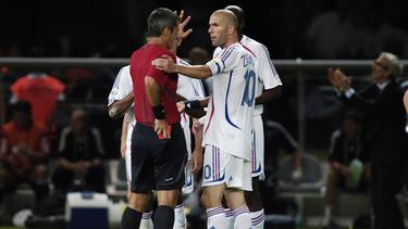 Horacio Elizondo (l.) stellte Zinédine Zidane im WM-Finale vom Feld