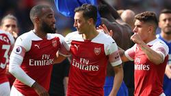 Mesut Özil (M.) sorgte mit für den Londoner Auswärtssieg in Cardiff