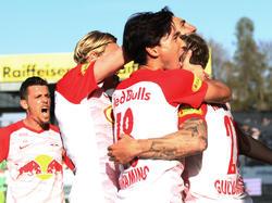 Die Salzburger bejubeln den Sieg im Spitzenspiel