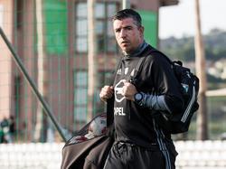 Roy Makaay loopt richting het trainingsveld tijdens het trainingskamp van Feyenoord in Spanje (03-01-2017).