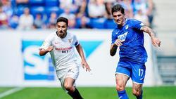 Sevillas Jesus Navas Gonzalez (l) und Hoffenheims Steven Zuber im Laufduell um den Ball
