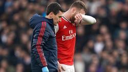 Arsenals Calum Chambers hat sich am Knie verletzt.