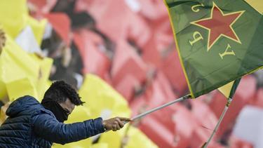 Pauli-Fans hielten Fahnen der kurdischen Frauenverteidigungseinheiten YPJ in die Höhe