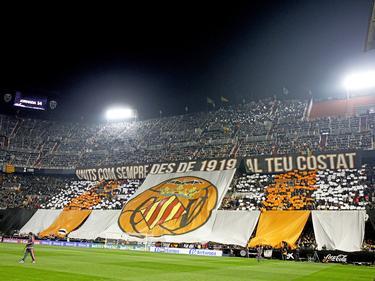 De fans van Valencia CF tonen een groot spandoek voorafgaand aan het topduel met FC Barcelona. (05-12-2015)