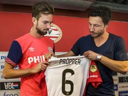 Als nieuwe speler van PSV krijgt Davy Pröpper (l.) tijdens de officiële presentatie het shirt uit handen van oud-speler Mark van Bommel. (20-07-2015)