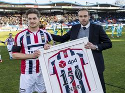 Jordens Peters (l.) krijgt van Joris Mathijsen (r.) een speciaal shirt vanwege zijn 150ste wedstrijd voor Willem II.