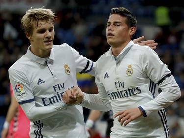 James Rodríguez (r.) en Martin Ødegaard (l.) vieren een treffer tijdens het bekerduel Real Madrid - CD Leonesa (30-11-2016).