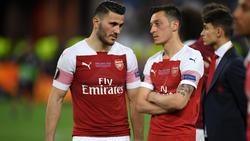 Mesut Özil (r.) und Sead Kolasinac (l.) verpassen den Premier-League-Start