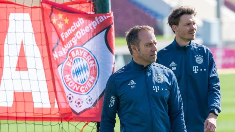 Trainer Hansi Flick (l.) und Co-Trainer Danny Röhl während einer Übungseinheit des FCBayern
