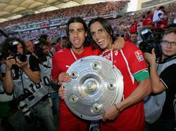 Sami Khedira und Fernando Meira mit der Schale