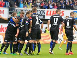 Die Spieler des SC Paderborn feiern das 2:1 gegen den VfR Aalen