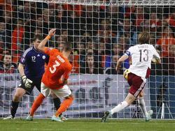 Jeffrey Bruma (m.) let goed op bij een corner van Wesley Sneijder en tikt de 4-0 tegen Letland binnen. Het is zijn eerste doelpunt in het shirt van het Nederlands elftal. (16-11-2014)