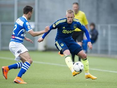 Viktor Fischer (r.) mag tegen PEC Zwolle voor het eerst in ruim één jaar weer in de basisopstelling beginnen. De Deen lag lang uit de roulatie met een hamstringblessure en zoekt hier Bram van Polen op. (26-04-2015)