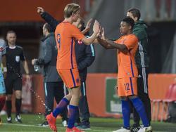 Steven Bergwijn (r.) komt tegen Jong Turkije in het veld voor Vincent Vermeij (l.) en debuteert in Jong Oranje. (06-10-2016)
