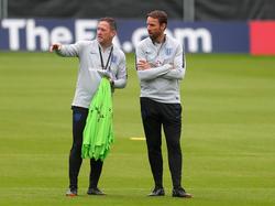 Englands Chefcoach Southgate (re.) und sein Co-Trainer Steve Holland im Gespräch