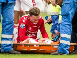 Rico Strieder moet halverwege de eerste helft de wedstrijd tussen FC Utrecht en Heracles Almelo het veld geblesseerd verlaten. (11-12-2016).