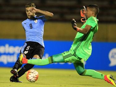 Nicolás Schiappacasse (izq.) abrió el marcador para los charrúas. (Foto: Imago)