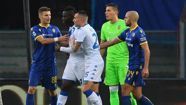 Mario Balotelli (2.v.l.) ist im Auswärtsspiel bei Hellas Verona Opfer von rassistischen Rufen geworden