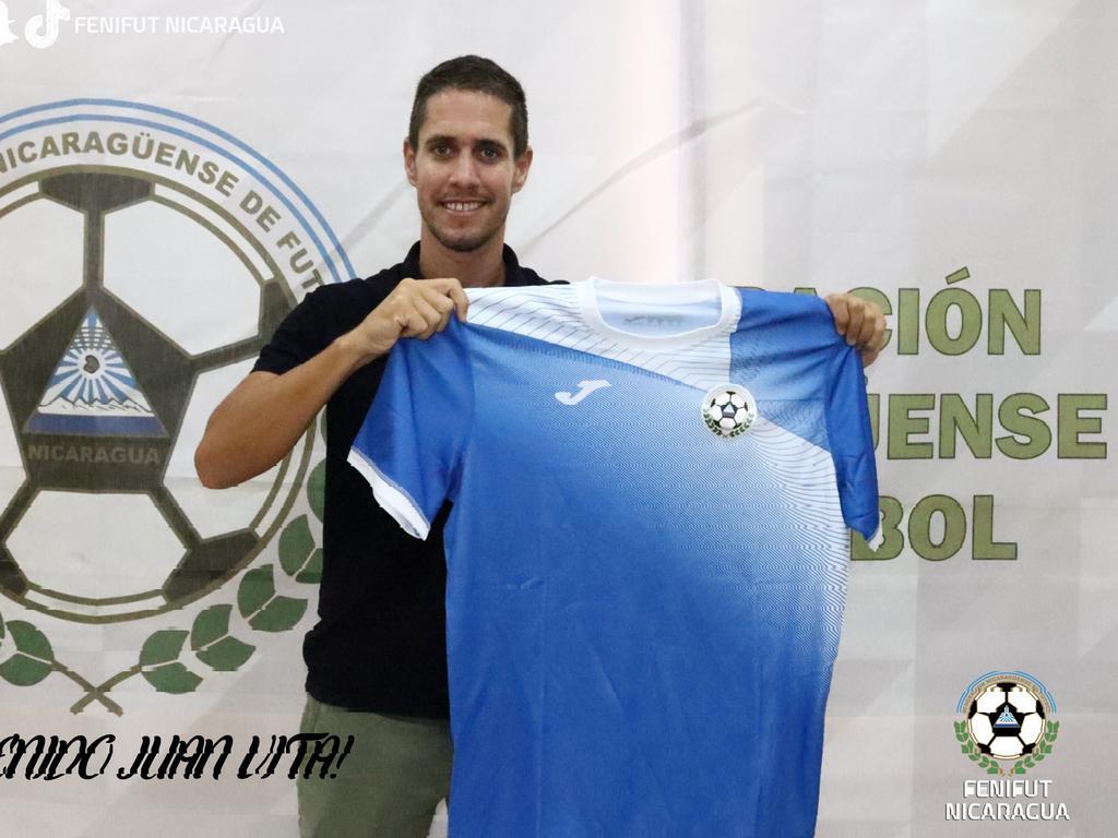 Juan Vita con su nueva camiseta.