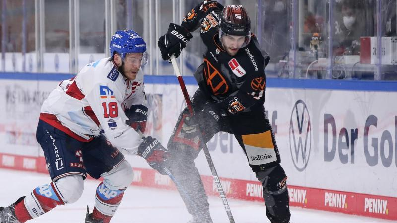 Matti Järvinen (r.) kämpft gegen Ben Smith um den Puck