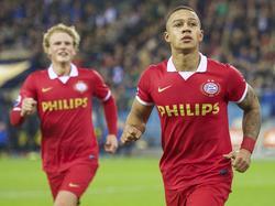 Oscar Hiljemark (l.) en Memphis Depay (r.) vieren de 2-1 tegen Vitesse. (17-03-2014)