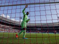 Kenneth Vermeer begroet voorafgaand aan het competitieduel Feyenoord - Ajax het Rotterdamse publiek. (21-09-2014)