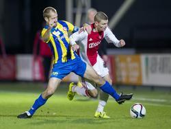Django Warmerdam van Jong Ajax voorkomt dat Istvan Bakx van FC Oss aan de bal komt. (28-09-2015)