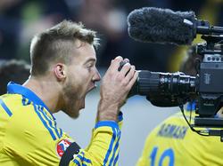 Andriy Yarmolenko celebra su tanto con el objetivo de una cámara. (Foto: Getty)