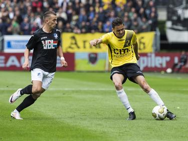 NAC Breda-middenvelder Uroš Matić geeft een voorzet richting de zestien. FC Eindhoven-aanvaller Jari Vandeputte is te laat. (16-05-2016)