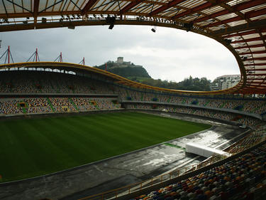 Dunkle Wolken türmen sich über dem Stadion von União Leiria