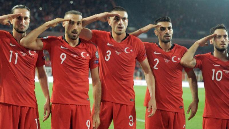 Türkische Fußballer salutieren während eines Spiels der EM-Qualifikation