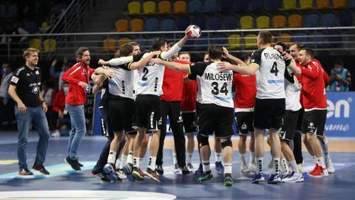 Die Schweizer Handballer feiern den Sieg gegen Österreich