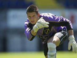 Doelman Tim Coremans die een bal uitrolt in het shirt van NAC. (23-07-2012)