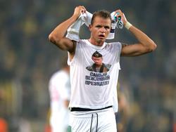 Dmitriy Tarasov präsentiert bei Fenerbahce ein Shirt mit Putin-Konterfei