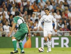 Javier Hernández (r.) dribbelt met de bal aan zijn voet, terwijl Pelegrín zich klaar maakt voor een duel. (02-10-2014)