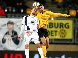 Christian Santos (l.) en Hicham Faik (r.) vechten een kopduel uit tijdens Roda JC Kerkrade - NEC Nijmegen. (12-12-2014)