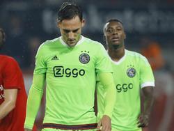 Nemanja Gudelj (l.) en Riechedly Bazoer druipen af na een gelijkspel tegen FC Twente. Ajax speelde matig in de eerste helft, maar kwam in de tweede helft alsnog terug tot 2-2. (12-09-2015)