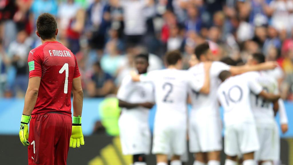 Nach der Pleite gegen Frankreich war Keeper Fernando Muslera (l.) der einsamste Mann auf dem Platz
