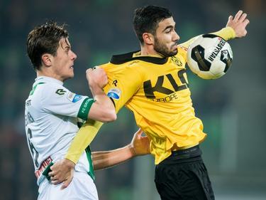 Etiënne Reijnen (l.) laat weinig heel van het shirt van Nestoras Mitidis (r.), die de bal wel kan aannemen tegen FC Groningen. (09-12-2016)