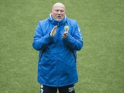 Dirk Heesen, kersverse assistent-trainer van ADO Den Haag, pept de spelers van de club op tijdens de training. (09-02-2017)