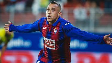 Orellana celebró el gol por todo lo alto.